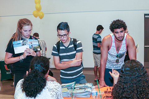 Students ask questions at the Majors and Minors Fair